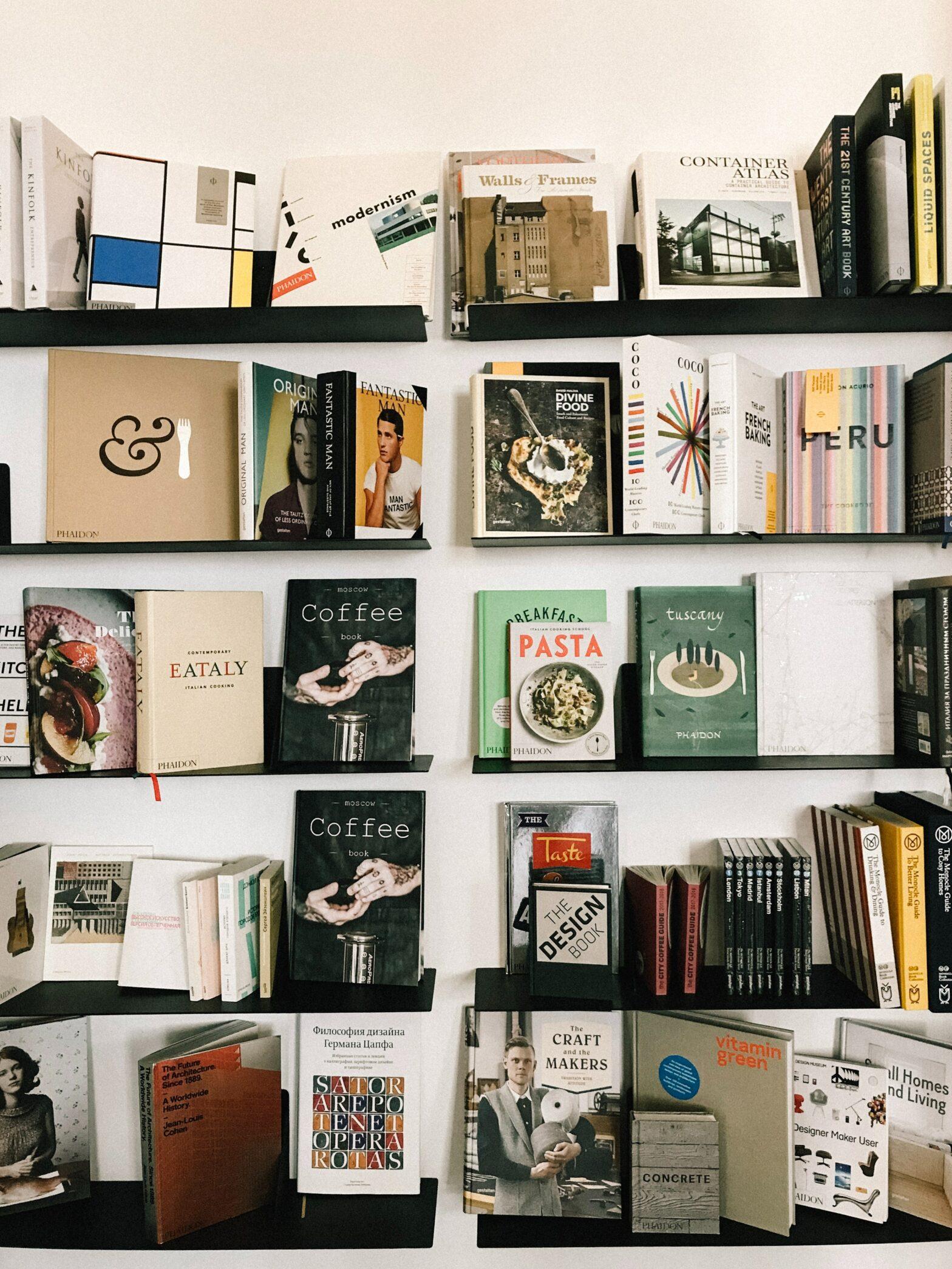 Auf dem Bild ist eine Sammllung von Büchern. Ihre Titel sind unterschiedlich. Das Bild ist von Marta Dzedyshko. Es ist von der Platt-Form Pexels.